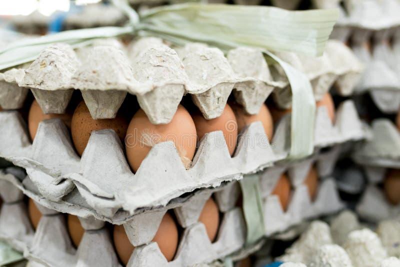 Heel wat ei in paneelvertoning voor verkoop in lokale verse voedselmarkt, het tropische eiland van Bali, Indonesië stock foto