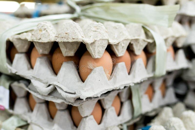 Heel wat ei in paneelvertoning voor verkoop in lokale verse voedselmarkt, het tropische eiland van Bali, Indonesië stock foto's