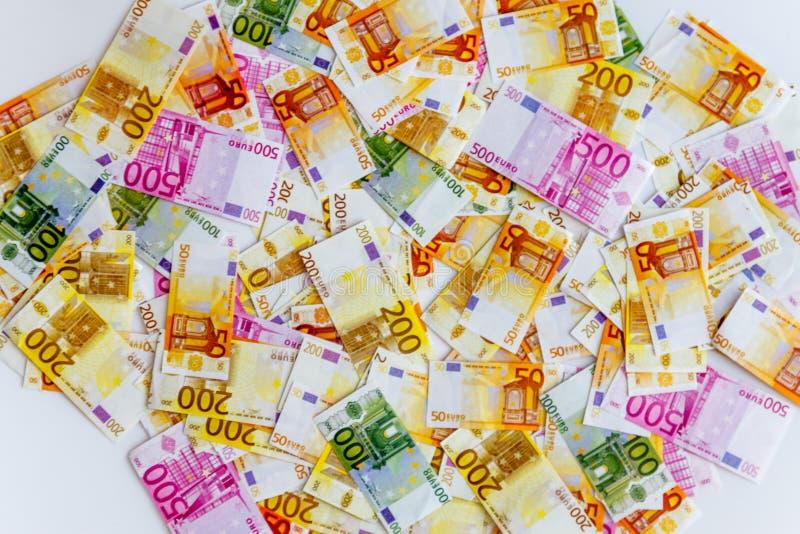 heel wat euro bankbiljetten op een witte achtergrond en een vergrootglas op hoogste, hoogste mening stock afbeelding