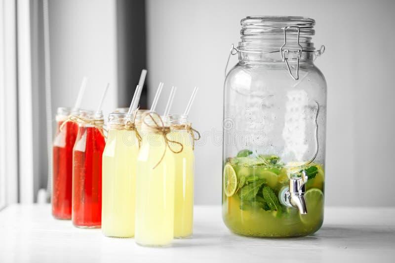 Heel wat flessen limonade Groot kan met kraan voor dranken Het concept dranken, de zomer, bar, rust gezond voedsel royalty-vrije stock foto