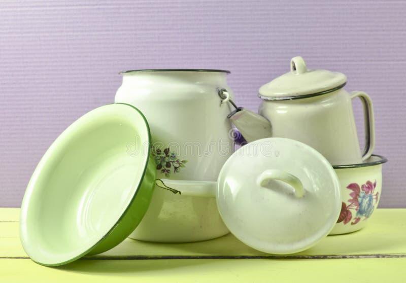 Heel wat geëmailleerde schotels op een blauwe lijst Retro stijl cookware royalty-vrije stock foto's
