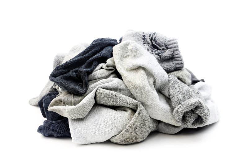 Heel wat gebruikte die sokken op wit worden geïsoleerd stock fotografie