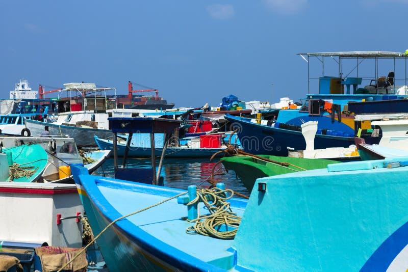 Heel wat gekleurde boten in de haven van Mannelijke vissenmarkt stock afbeeldingen