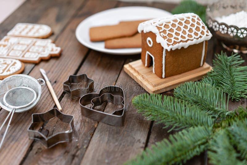 Heel wat gemberkoekjes in verschillende vorm op bruine houten lijst Verfraaid met witte zoete glans De stemming van Kerstmis stock foto's