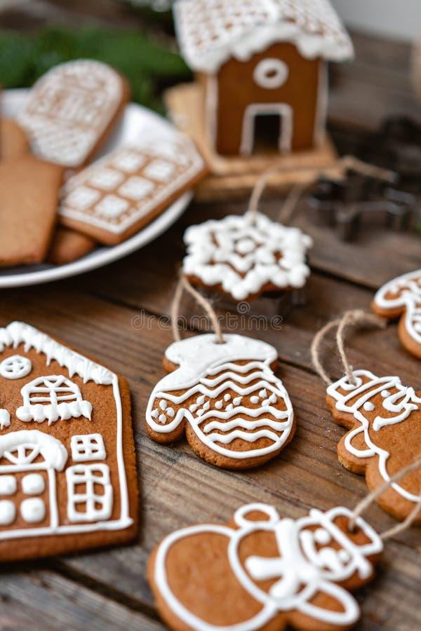 Heel wat gemberkoekjes in verschillende vorm op bruine houten lijst Verfraaid met witte zoete glans De stemming van Kerstmis stock afbeelding