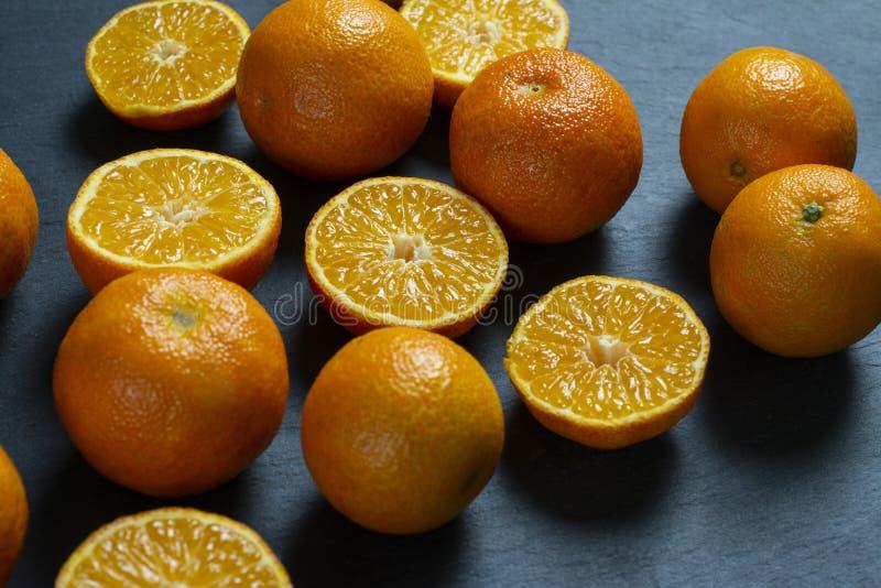 Heel wat gesneden en gehele mandarins stock foto