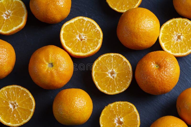 Heel wat gesneden en gehele mandarins royalty-vrije stock afbeeldingen