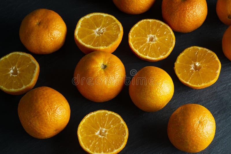 Heel wat gesneden en gehele mandarins royalty-vrije stock afbeelding