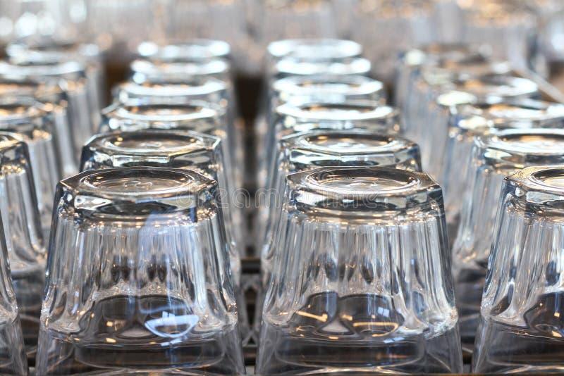 Heel wat glas op plank stock foto