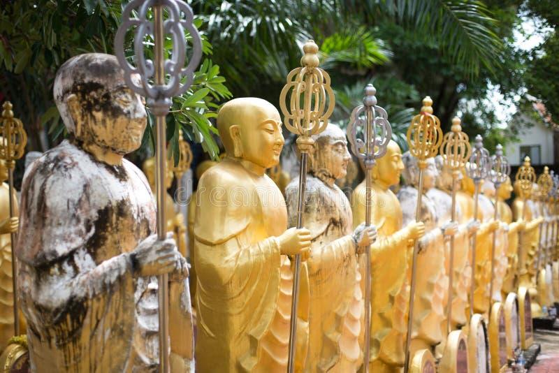 Heel wat gouden boeddhistisch monniksstandbeeld stock afbeelding