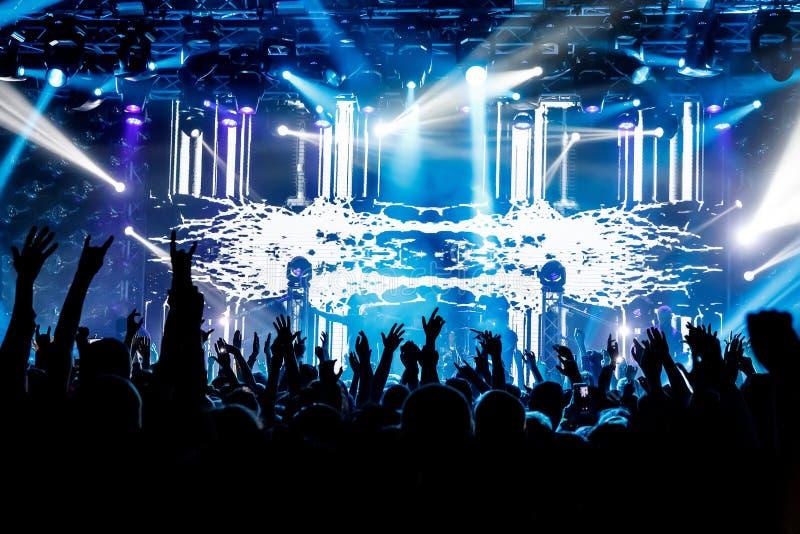 Heel wat handen, menigte op overleg, blauw licht stock afbeeldingen