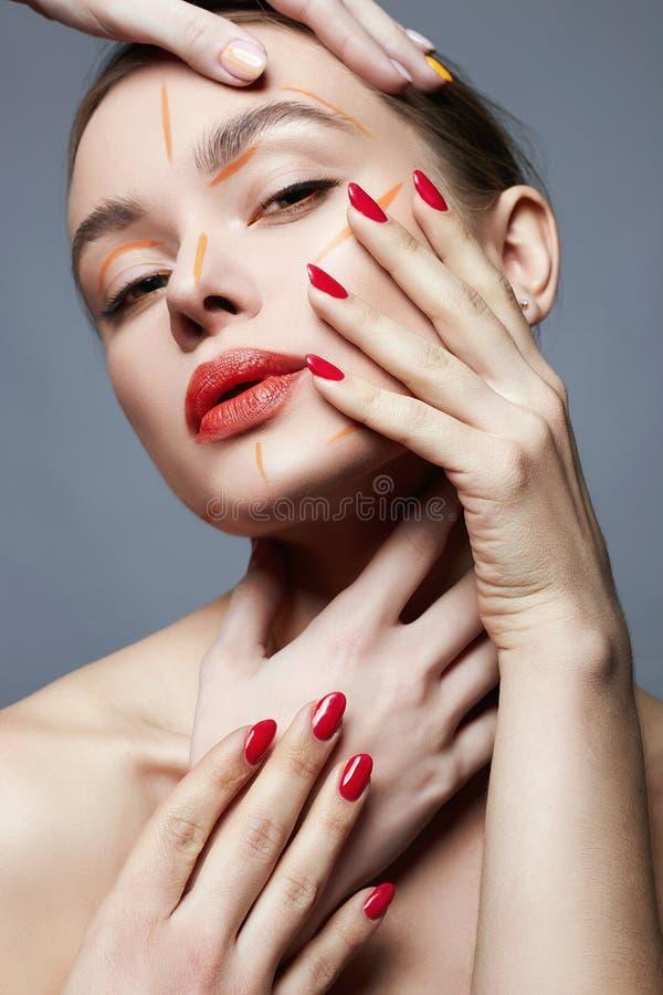 Heel wat handen op mooi meisje in Verf stock fotografie