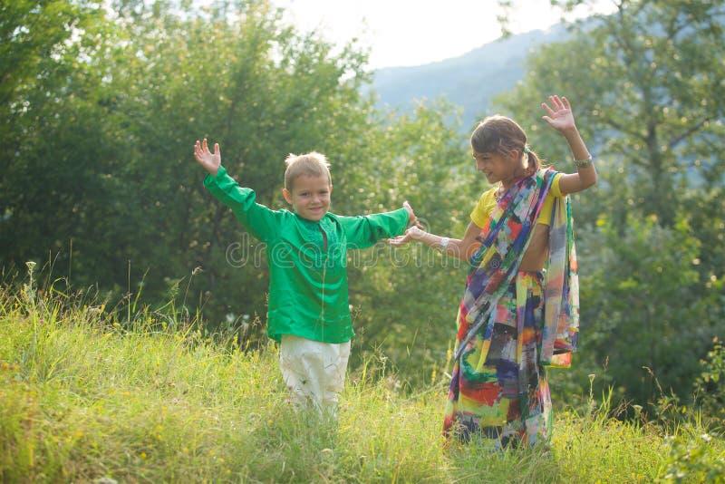 Heel wat kleine kinderen, jongens en meisjes, kleedden zich in de kledingscultuur van India royalty-vrije stock fotografie