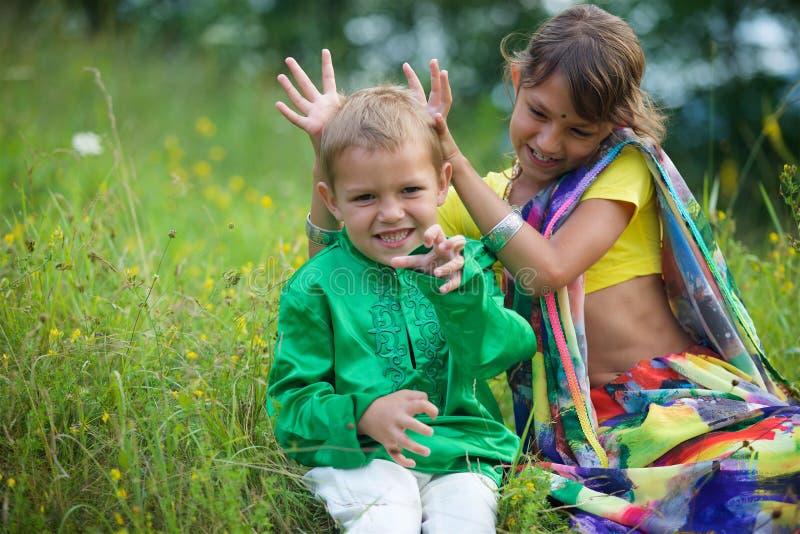 Heel wat kleine kinderen, jongens en meisjes, kleedden zich in de kledingscultuur van India royalty-vrije stock afbeeldingen