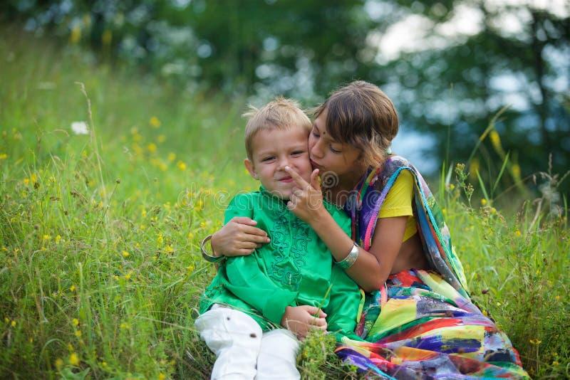 Heel wat kleine kinderen, jongens en meisjes, kleedden zich in de kledingscultuur van India stock afbeeldingen