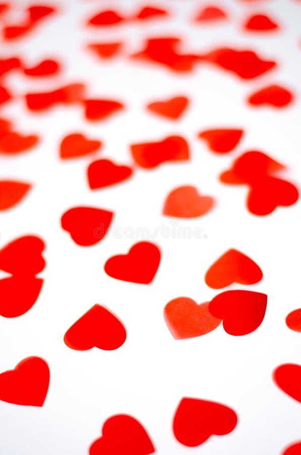 Heel wat kleine rode harten op een geïsoleerde achtergrond stock foto