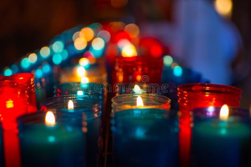 Heel wat kleurrijke kaarsen die in Covadonga, Asturias, Spanje gloeien Godsdienstig symbool van de Spaanse herovering door Koning royalty-vrije stock foto's