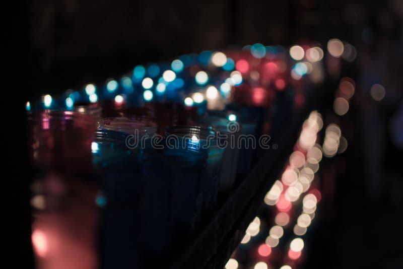 Heel wat kleurrijke kaarsen die in Covadonga, Asturias, Spanje gloeien Godsdienstig symbool van de Spaanse herovering door Koning stock afbeeldingen