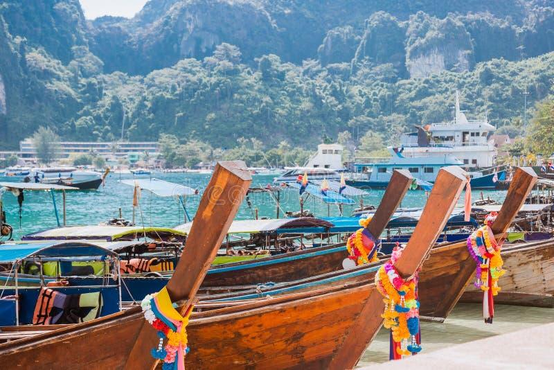 Heel wat lange staartboten op tropisch strand Vastgelegd in de haven op het Aziatische eiland stock foto's