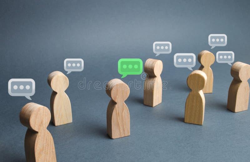 Heel wat mensen komen voor en commentaarwolken boven hun hoofden Het proces van bespreking en het becommentariëren, het onderzoek stock foto