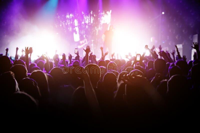 Heel wat mensen op muziek tonen Licht van stadium royalty-vrije stock foto's