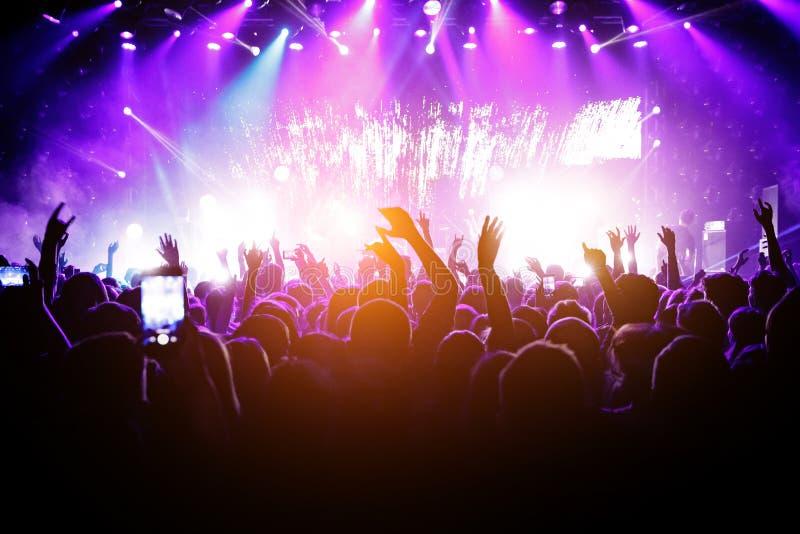 Heel wat mensen op muziek tonen Licht van stadium royalty-vrije stock afbeelding