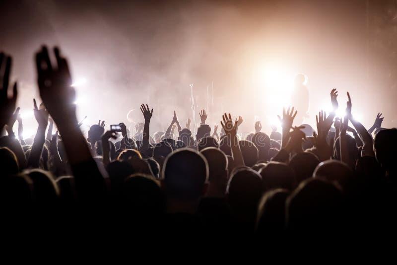 Heel wat mensen op muziek tonen Licht van stadium royalty-vrije stock fotografie