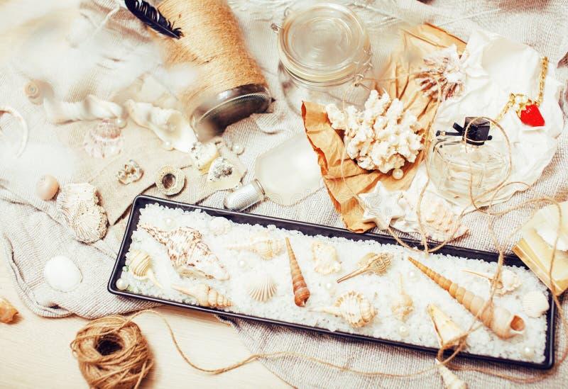 Heel wat overzees thema knoeit binnen als shells, kaarsen, parfum, meisje s stock fotografie