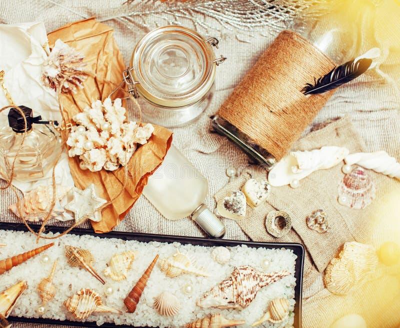 Heel wat overzees thema knoeit binnen als shells, kaarsen, parfum, meisje s stock afbeelding