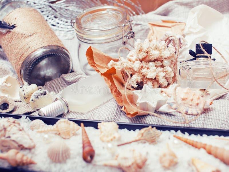 Heel wat overzees thema knoeit binnen als shells, kaarsen, parfum, meisjesmateriaal op linnen, de vrij geweven wijnoogst van de p stock afbeeldingen