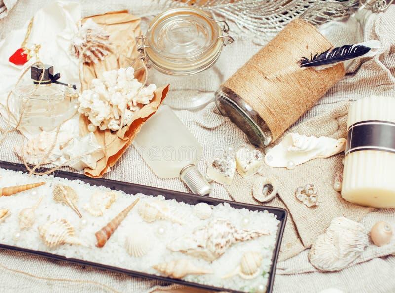 Heel wat overzees thema knoeit binnen als shells, kaarsen, parfum, meisjesmateriaal op linnen, de vrij geweven wijnoogst van de p stock foto