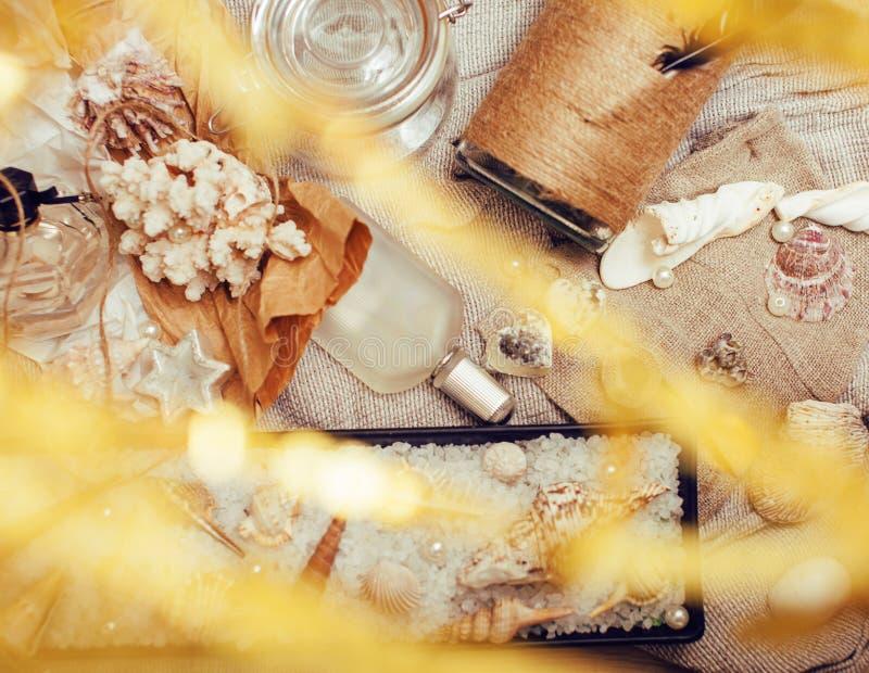 Heel wat overzees thema knoeit binnen als shells, kaarsen, parfum, meisjesmateriaal op linnen, de vrij geweven wijnoogst van de p royalty-vrije stock foto