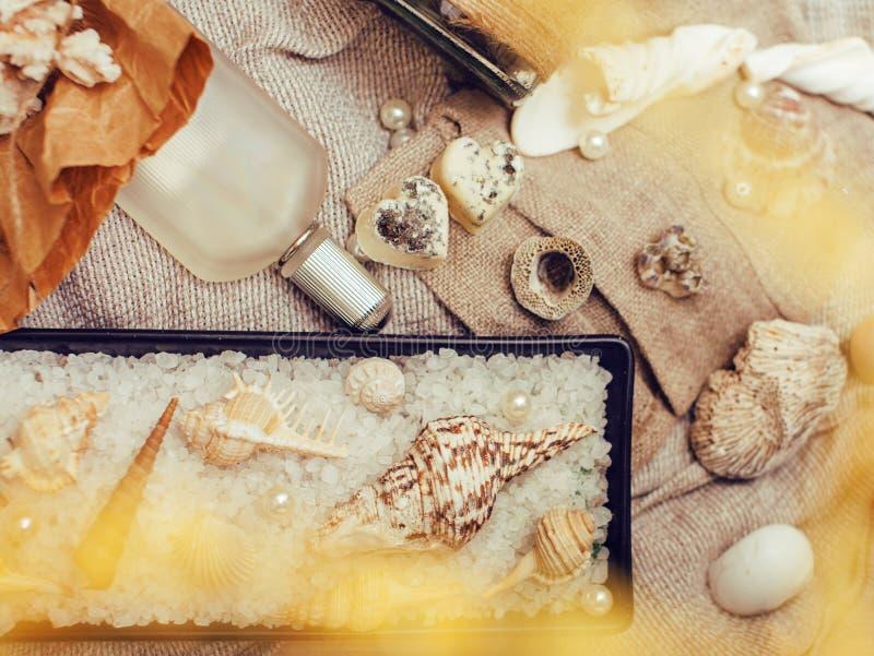 Heel wat overzees thema knoeit binnen als shells, kaarsen, parfum, meisjesmateriaal op linnen, de vrij geweven wijnoogst van de p royalty-vrije stock fotografie