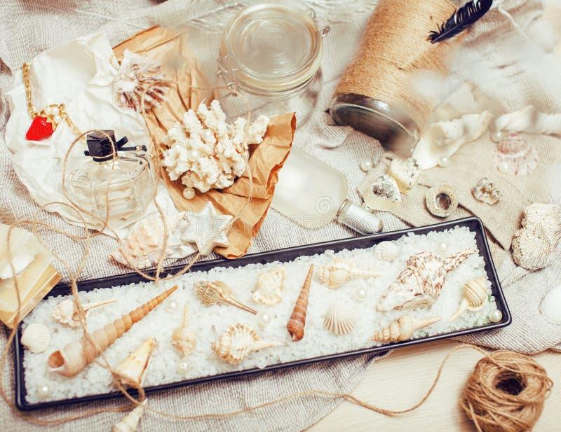 Heel wat overzees thema knoeit binnen als shells, kaarsen, parfum, meisjesmateriaal op linnen, de vrij geweven wijnoogst van de p royalty-vrije stock afbeelding
