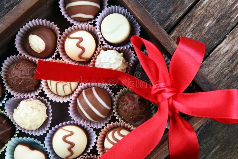 Heel wat pralines van de verscheidenheidschocolade, Belgische banketbakkerij gastronomische chocolade stock afbeeldingen