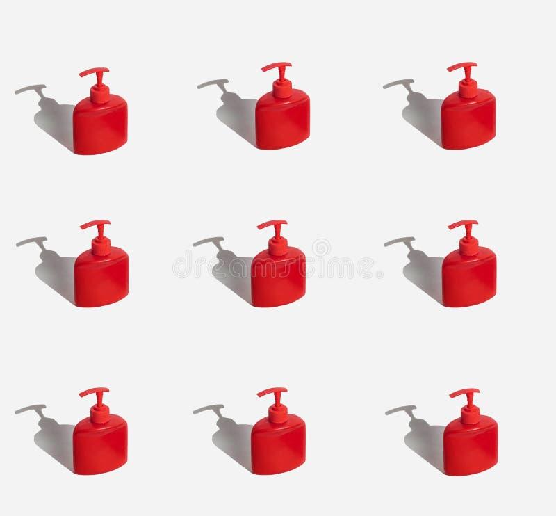 heel wat rode flessen flessen met automaat Op een witte achtergrond Harde lichte, harde schaduwen royalty-vrije stock foto