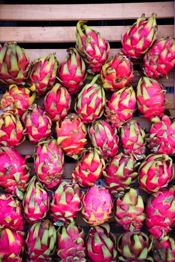 Heel wat rode rijpe pitaya of wit fruit van de pitahayadraak op openluchtmarkt royalty-vrije stock foto's