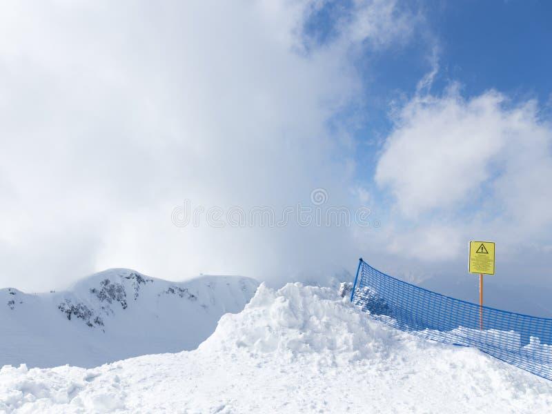 Heel wat sneeuw in de bergen royalty-vrije stock afbeeldingen