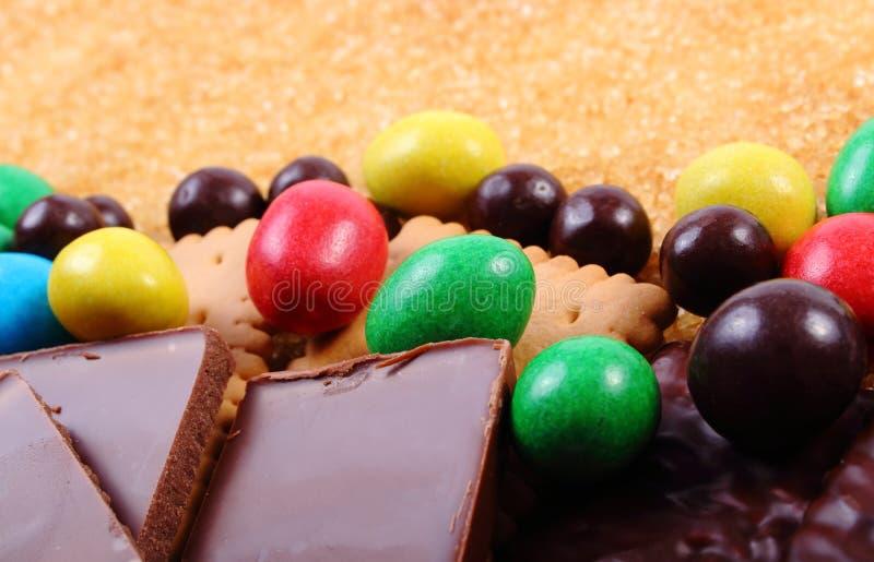 Heel wat snoepjes en riet bruine suiker, ongezond voedsel stock foto's