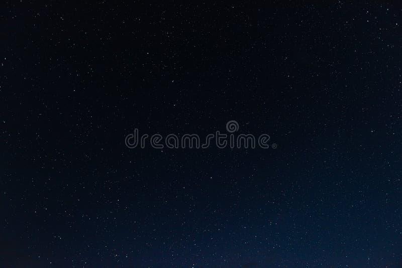 Heel wat sterren in de nachthemel stock afbeelding