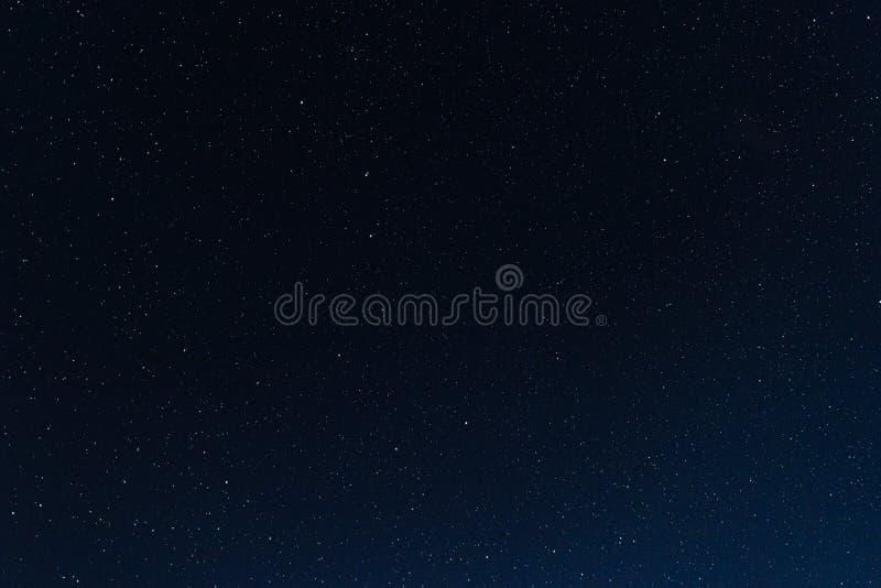 Heel wat sterren in de nachthemel stock fotografie