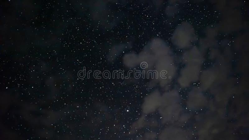 Heel wat sterren in de nachthemel stock foto's