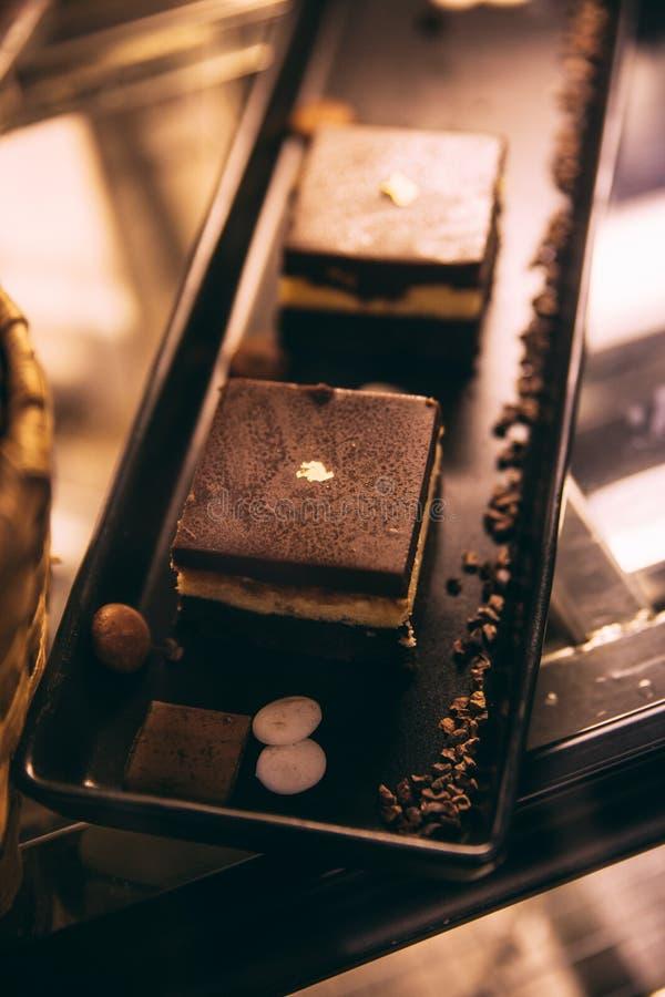 Heel wat vers gebakken broodbrood op houten displayTiramisu is een koffie-op smaak gebracht Italiaans dessert op zwart dienblad k stock afbeeldingen