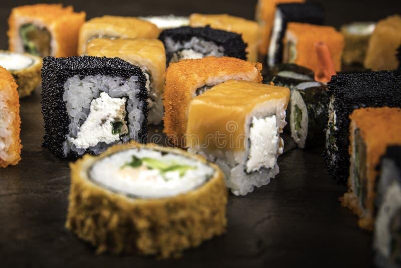 Heel wat verschillende broodjes in de Japanse stijl op een donkere oppervlakte stock afbeelding