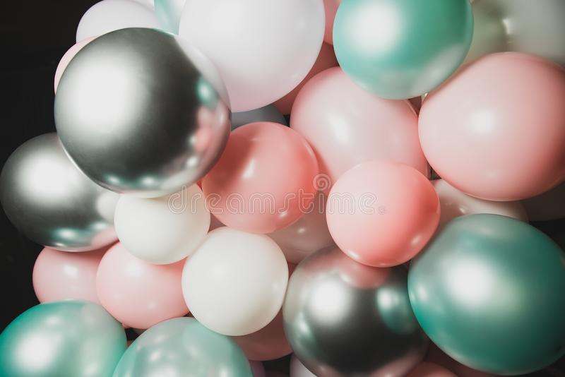 Heel wat verschillende kleurrijke ballons op zwarte achtergrond royalty-vrije stock afbeeldingen