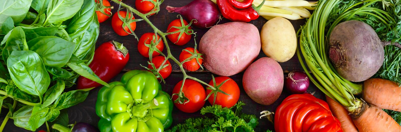 Heel wat verse organische groenten op een houten achtergrond stock fotografie