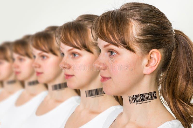 Heel wat vrouwen op een rij met streepjescode - genetisch kloonconcept stock foto