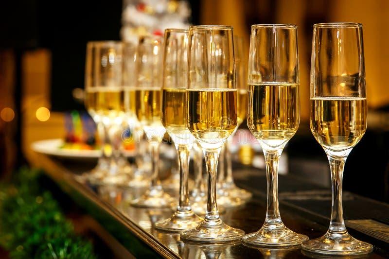 Heel wat wijnglazen met een koele heerlijke champagne of een witte wijn royalty-vrije stock afbeelding