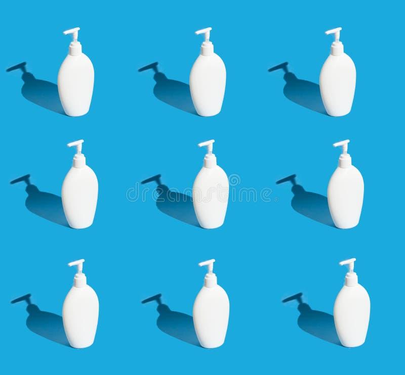Heel wat witte flessen met automaat op een blauwe achtergrond royalty-vrije stock afbeeldingen