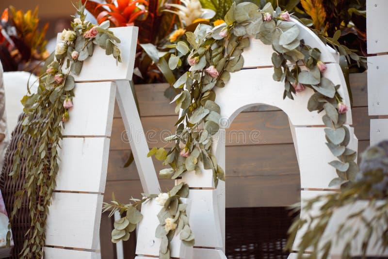 Heel wat witte geschilderde houten kooidozen, wat met decoratieve kaarsen, rolden dekens en binnenlandse installaties royalty-vrije stock foto